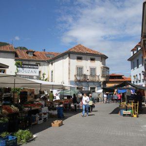 Imagen de mercado en el casco urbano de Nueva de Llanes