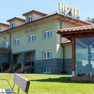 Vista de la fachada delantera del hotel