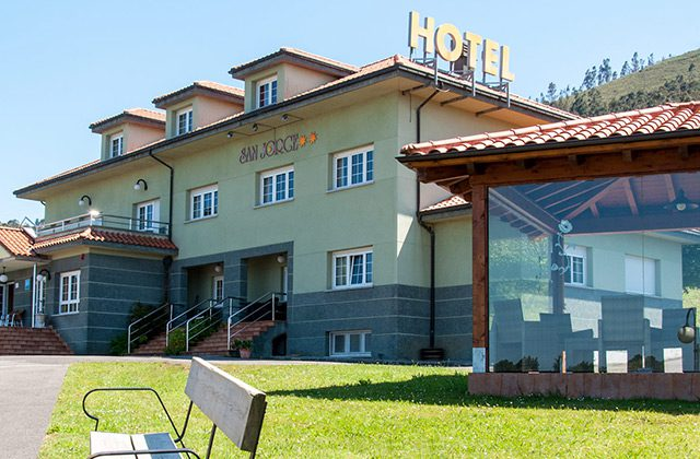 Vista de la fachada delantera dle hotel