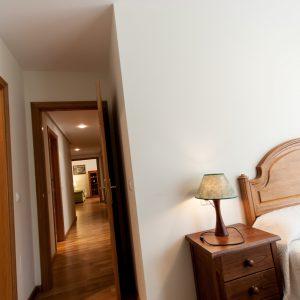 Detalle de habitación y pasillo