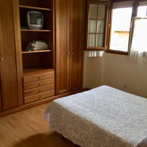 habitación con armario y TV